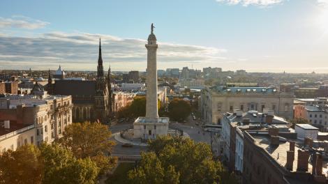 O Washington Monument no bairro de Mount Vernon, em Baltimore, Maryland