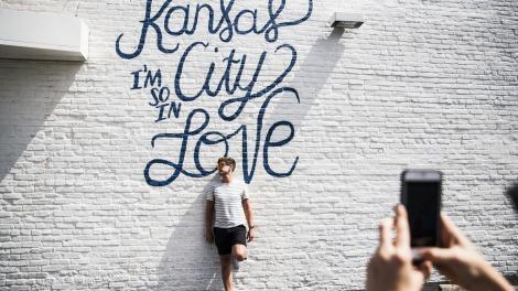 Posando em frente a um mural em Kansas City, Missouri