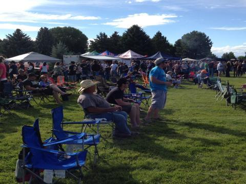 A multidão no Festival da cerveja de Yellowstone
