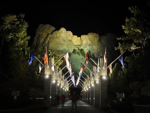 Iluminando os rostos famosos no Mount Rushmore (Monte Rushmore) para observação noturna
