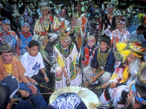 Celebrando músicas e danças indígenas das Grandes Planícies nos concursos do Black Hills Powwow