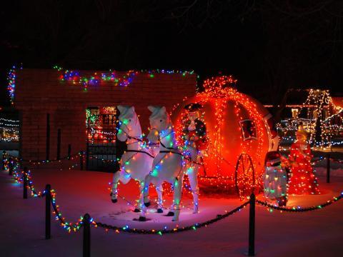 Demonstrações de luzes mágicas de Natal no parque temático infantil Storybook Island