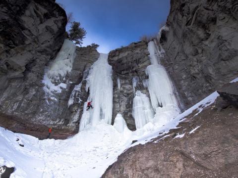 Escalando o gelo no Festival de escalada no gelo de Cody