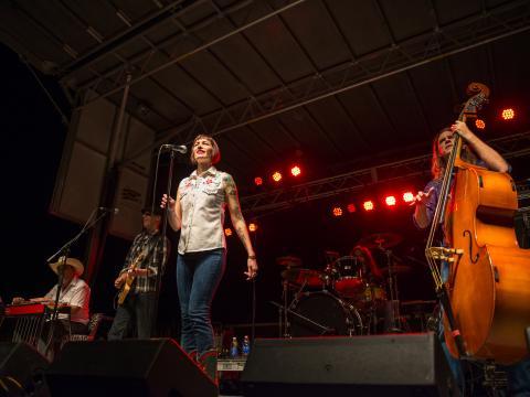 No palco do festival de música O melhor de Bayou
