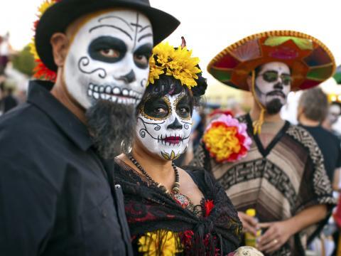 Caveiras mexicanas no All Souls Procession Weekend