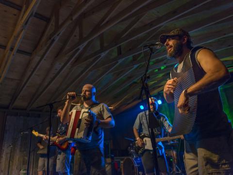 Escutando sons caseiros no Festival Voice of the Wetlands (Voz da região dos pântanos)