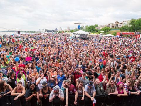 Multidão animada no Beale Street Music Festival (Festival Musical de Beale Street)
