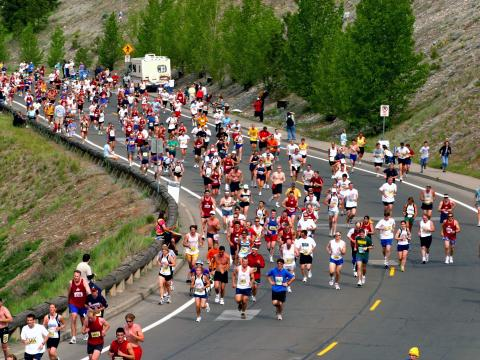Corredores fazendo a curva na Bloomsday Run, que acontece em maio