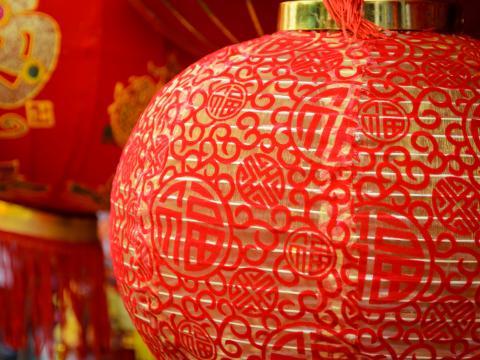 Lanternas festivas vermelhas no Ano novo chinês de South Coast Plaza