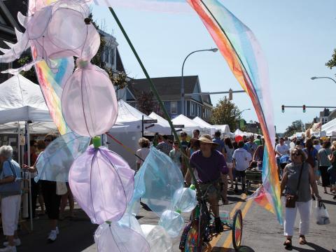 Uma bicicleta colorida flutua no Festival de artes da Elmwood Avenue (Avenida Elmwood)