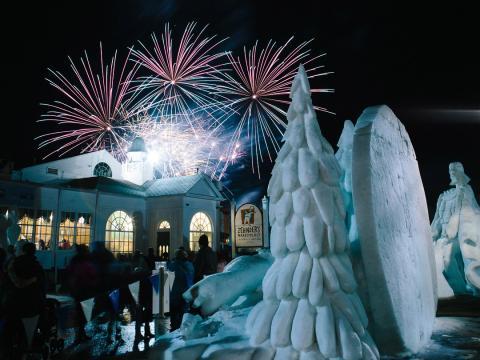 Esculturas e fogos no Snowfest (Festival de neve)