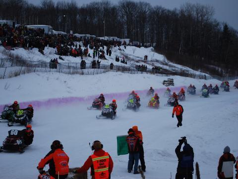 Participantes animados na Annual I-500 Snowmobile Race (Corrida Anual de Snowmobile I-500)