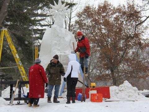 Uma enorme obra em andamento na Illinois Snow Sculpture Competition (Competição de Esculturas de Neve de Illinois)
