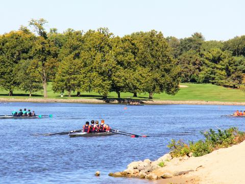 Um lindo dia para a Rock River Regatta (Regata de Rock River)