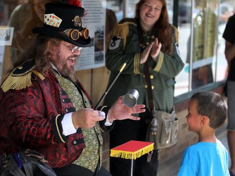 Um mágico steampunk impressiona seu público