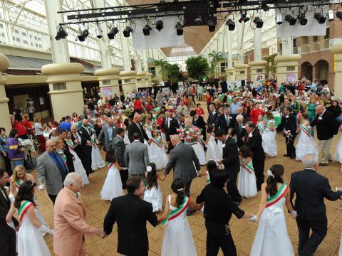 Vestindo as cores da bandeira e dançando no Festival da cultura italiana