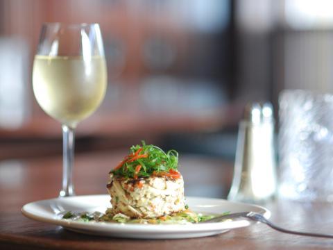 Uma linda refeição e uma taça de vinho em um restaurante de Nova Orleans