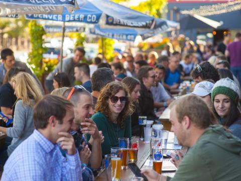 Provando cervejas em um pátio ao ar livre na Denver Beer Co.