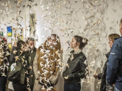 Admirando uma exposição durante a Semana de artes de Denver