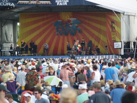 Multidões se reunindo para ouvir um show ao vivo no New Orleans Jazz & Heritage Festival (Festival de Jazz e Cultural de Nova Orleans)