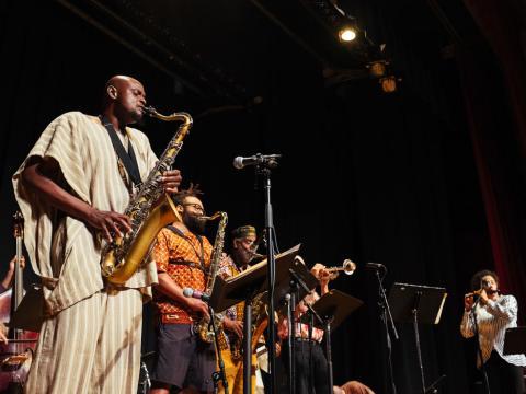 Assistindo a uma apresentação no Blues Festival no Pavilhão Jay Pritzker no Millenium Park