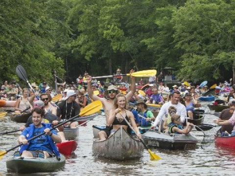 Remadores felizes no Bayou Vermilion Boat Parade (Desfile de Barcos de Bayou Vermilion)