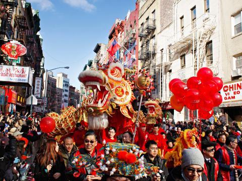 Um dragão mostra o caminho no Lunar New Year Parade (Desfile do Ano Novo Lunar)