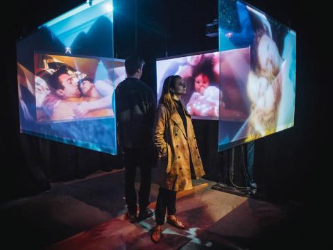 Observando uma experiência de filme multimídia durante o Tribeca Film Festival (Festival de Filmes de Tribeca)