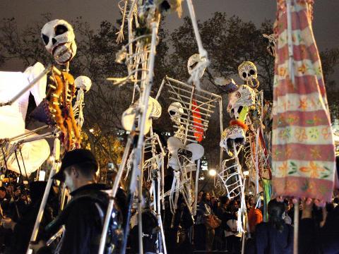 Esqueletos dançando no Village Halloween Parade (Desfile de Halloween)