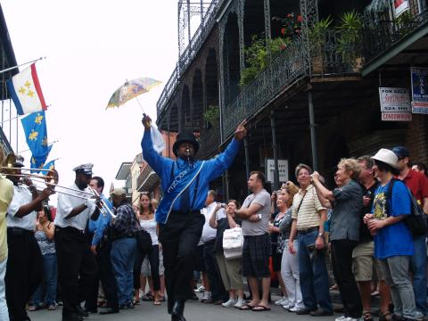 Música ao vivo na rua durante o French Quarter Fest