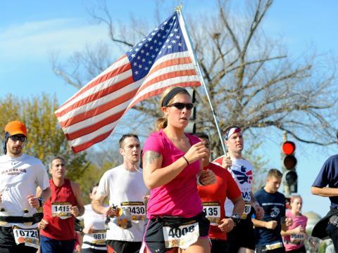 Corredores na Maratona anual Marine Corps
