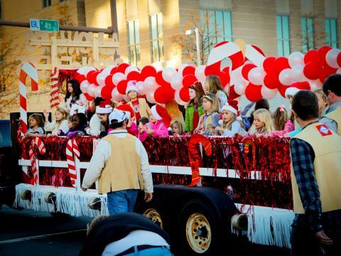 Um flutuador festivo no Big Jingle Jubilee Holiday Parade (Desfile de festas Big Jingle Jubilee)