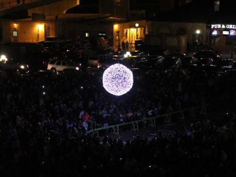 Multidões se reunindo enquanto Cheyenne anuncia o Ano novo