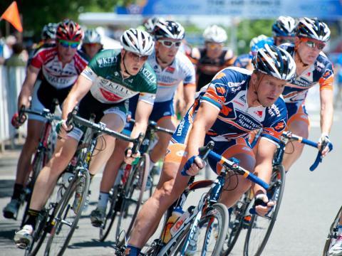 Competidores pedalando no Air Force Association Cycling Classic