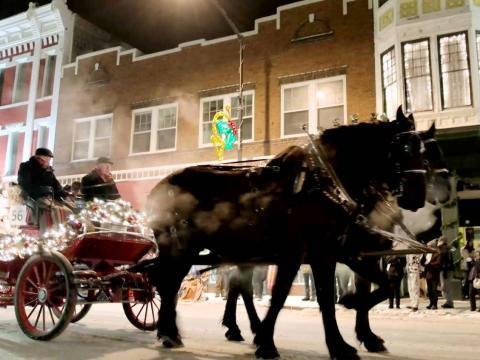 Puxando a charrete do Desfile de Natal pelas ruas