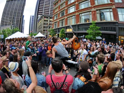 De perto e pessoal em uma apresentação ao vivo nas ruas durante o Dia do Rock em Denver