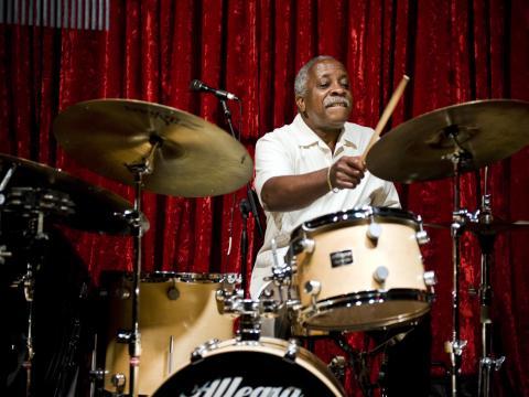 Um baterista se apresenta no Portland Jazz Festival (Festival de Jazz de Portland)