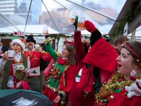 Brindando em roupas de festas no Portland's Holiday Ale Festival (Festival Cervejeiro de Festas de Portland)