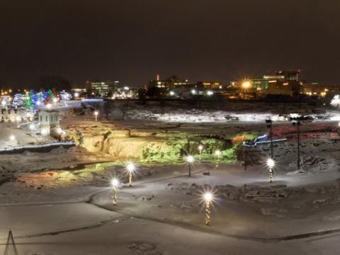 Iluminando o Falls Park para as festas de final de ano