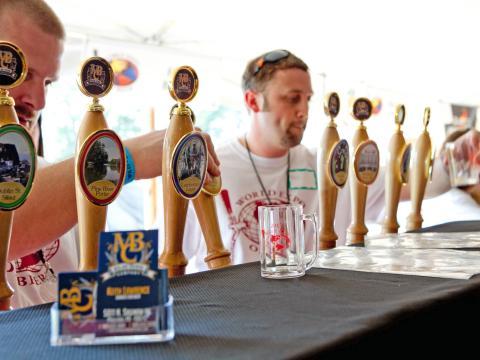 Provando os diversos rótulos na Exposição mundial de cervejas