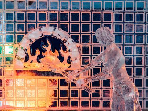 Escultura criativa de gelo em exibição no Festival de neve de Zehnder