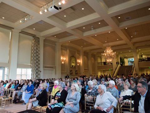 Participando de um evento no festival literário na Mansão do Governador de Arkansas