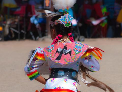 Um dançarino participa da cerimônia da Dança do uso na Ute Mountain (montanha Ute)