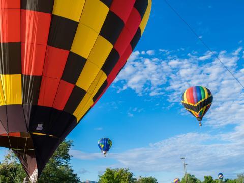 Os participantes do colorido Rally de balão de ar quente de Cortez