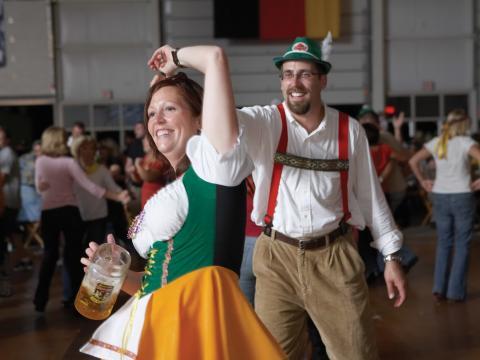 Dançando com trajes alemães tradicionais na Oktoberfest