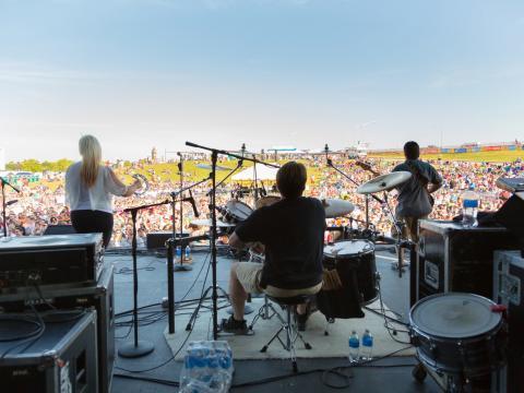 Apresentação ao vivo com vista para o gramado no Festival de música country KCQ