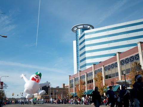 O desfile de Natal liderado por um alegre boneco de neve