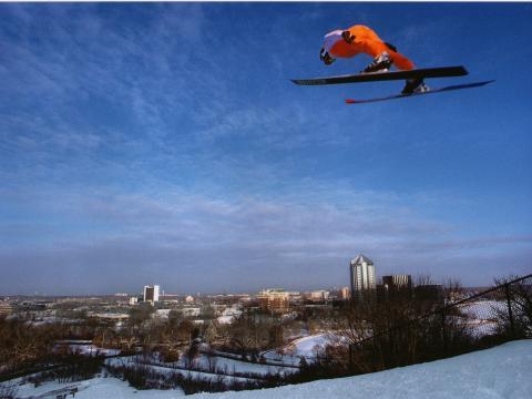 Subindo pelo céu no Bush Lake Ski Jump