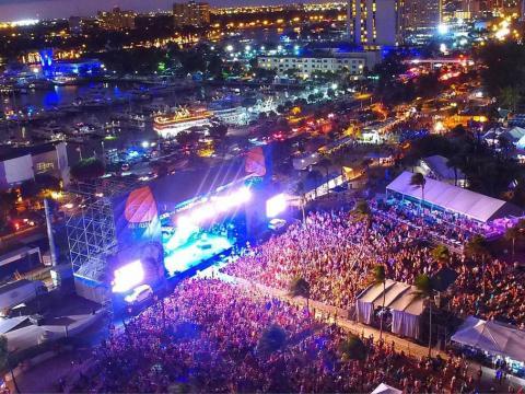 Vista aérea noturna sobre o Festival de música de Riptide