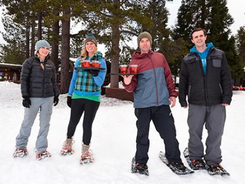 O jogo final nas Snowshoe Cocktail Races (Corridas na neve levando bandejas de bebidas)